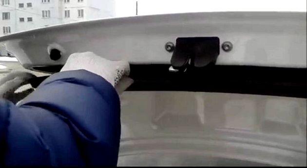 Фольксваген поло седан как снять обшивку двери Сожмите фиксатор
