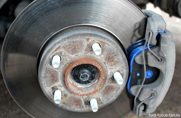 Форд фокус 2 замена тормозных колодок передних после откручивания сразу снять наружную