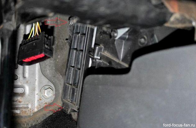 Форд фокус замена салонного фильтра правой стороны находим
