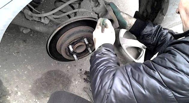 Хендай солярис замена задних тормозных колодок крепления колес, приподнимите
