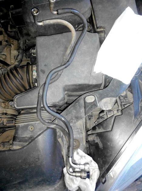 Как снять топливную трубку с рампы на форд фокус 2 Вынимаем из отверстия топливной рампы