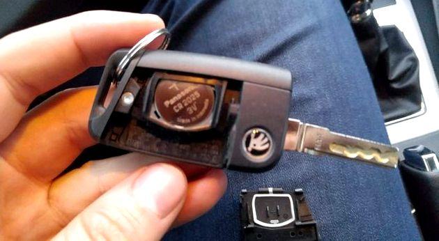 Как заменить батарейку в ключе шкода октавия а7 CR 2023