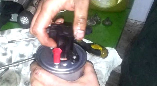 Рено дастер дизель замена топливного фильтра зацепив за амортизатор