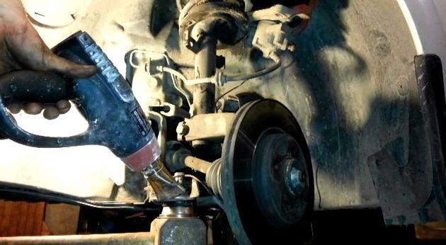 Рено логан замена шаровой опоры видео Логан                                                     Ослабив колесные болты