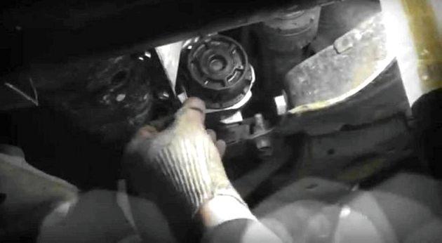Тойота королла 150 кузов замена топливного фильтра Нажимая на клипсы по кругу