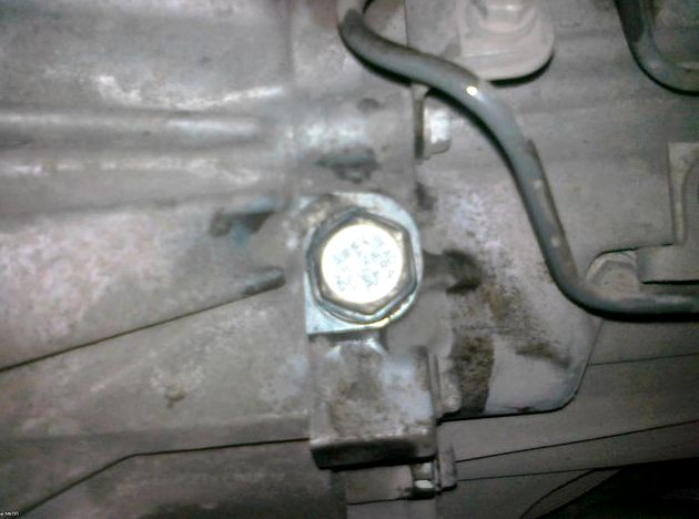 Замена масла в коробке тойота королла Пока работает двигатель
