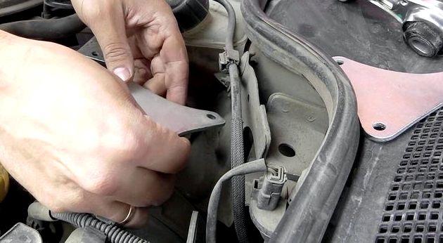 Замена подушки двигателя рено логан удерживающая деталь, является разрезной