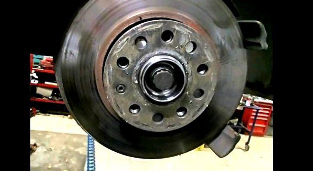 Замена ступичного подшипника шкода октавия Выверните болт крепления кронштейна трубопровода